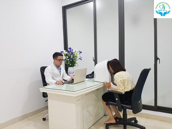 Bác sĩ tiến hành soi da xác định chính xác tình trạng lão hóa da và lên liệu trình điều trị phù hợp