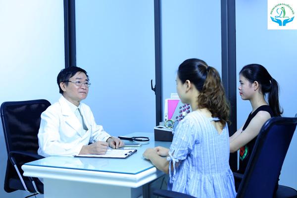 Bác sĩ thăm khám và chỉ định phác đồ điều trị phù hợp với mỗi tình trạng bệnh nhân giúp mang lại hiệu quả cao nhất