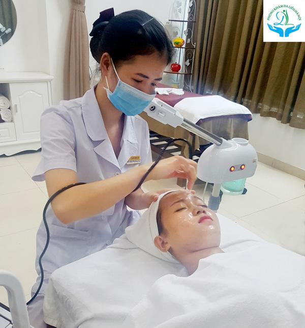 Điều dưỡng viên sử dụng máy để xông hơi, giúp giãn nở các lỗ chân lông để việclấy nhânmụn được dễ dàng và đạt hiệu quả cao.