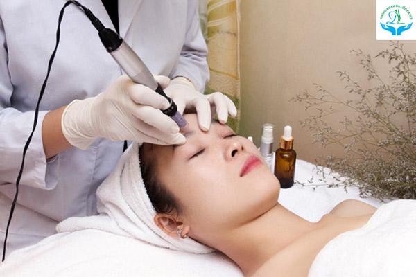 Bác sĩ sử dụng công nghệ Phi kim để đưa Tế bào gốc xuống sâu lớp trung bì của da