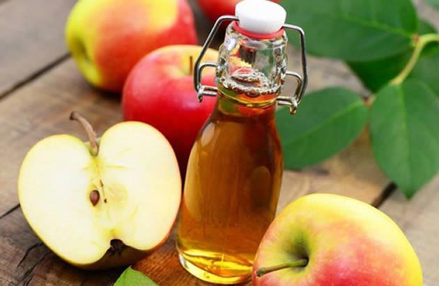 chữa mụn lưng bằng giấm táo