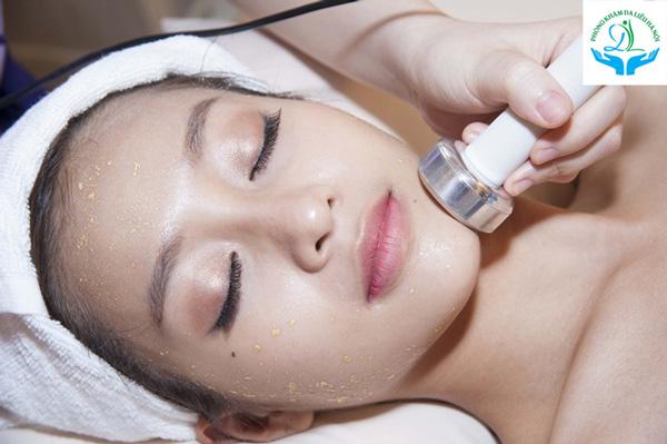 Với những làn da bị thâm thường bị xỉn màu, di điện vitamin C sẽ giúp da được bổ sung dưỡng chất, hỗ trợ giảm thâm hiệu quả và giúp da sáng mịn hơn.