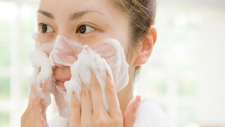Rửa mặt quá nhiều trong ngày không tốt cho mụn