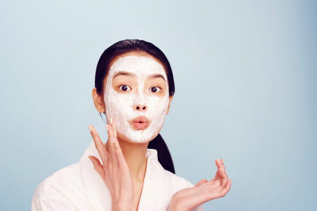 Đắp mặt nạ chăm sóc da