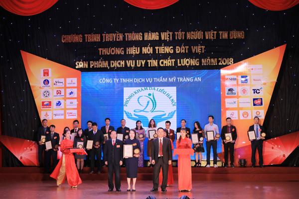 Phòng khám da liễu Hà Nội vinh dự là đơn vị đầu tiên tại Việt Nam nhận giải thưởng về dịch vụ TRỊ MỤN Y KHOA do người tiêu dùng bình chọn
